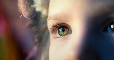 Letní úrazy očí se častěji týkají mužů. Až třetinu pacientů tvoří děti!