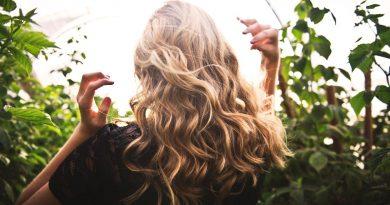Krásné a zdravé vlasy i pod čepicí. Víte, jak o ně v sychravém počasí pečovat?