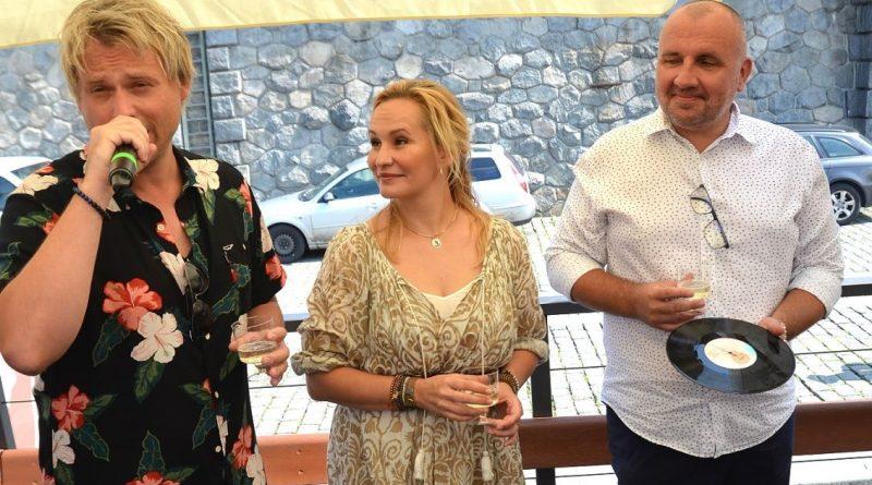 Davida Deyla neodradila chladná Vltava, doplaval k fanynkám v pravé poledne a v oblečení!