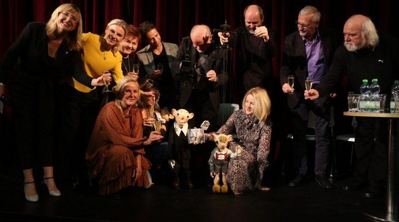 Divadlo Spejbla a Hurvínka představuje bohaté plány na novou sezónu. Těšit se můžete na nová představení, Spejblovy 100. narozeniny a paní Kateřinu v anketě Zlatý Ámos!
