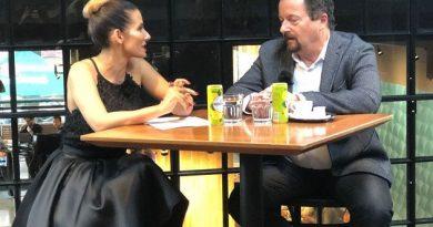 Eva Decastelo řádí v nové talk show na Extra.cz