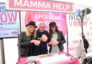 V obchodech Tesco se vybralo přes 400 000 korun na podporu žen s rakovinou prsu. Akci podpořili i známé osobnosti!