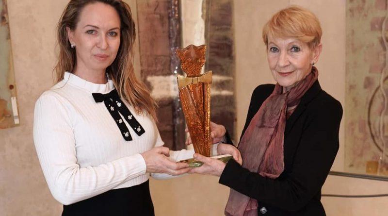 Víme, proč si Daniela Kolářová si zpoždením převzala cenu Komedy festu za humor Zlatý velbloud!