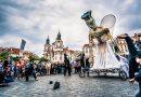 Advent zahájí andělský průvod, naváže na něj první zimní festival pouličního divadla Za dveřmi
