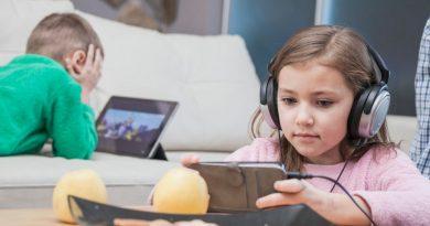 Tři ze čtyř rodičů sledují internetovou historii svých dětí, na internetu ale tápou, ukázal průzkum
