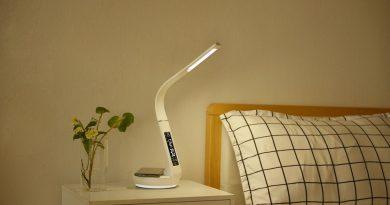 Lampička, která uleví nočnímu stolku i pracovní ploše