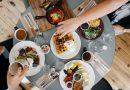 PRŮZKUM: Jak snídají Češi? Nejčastěji o samotě a dají si pečivo s uzeninou!