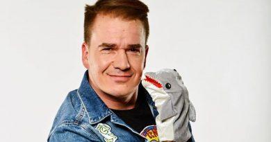 Plyšový delfín Adolfeen chce vlastní talkshow naPrima COOL! Podívejte se na pilotní díl ahlasujte vanketě