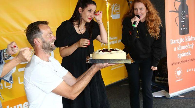 Eva Decastelo oslavila narozeniny během moderování akce, ukápla i slzička!
