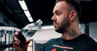 """Fitness trenér radí, jak """"vyzrát"""" na pitný režim"""