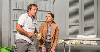 Strašnické divadlo: Divadlofrancouzské komedie má za sebouúspěšnou premiéru nové hry PRACHYJAKO BY Z NEBE PADALY!
